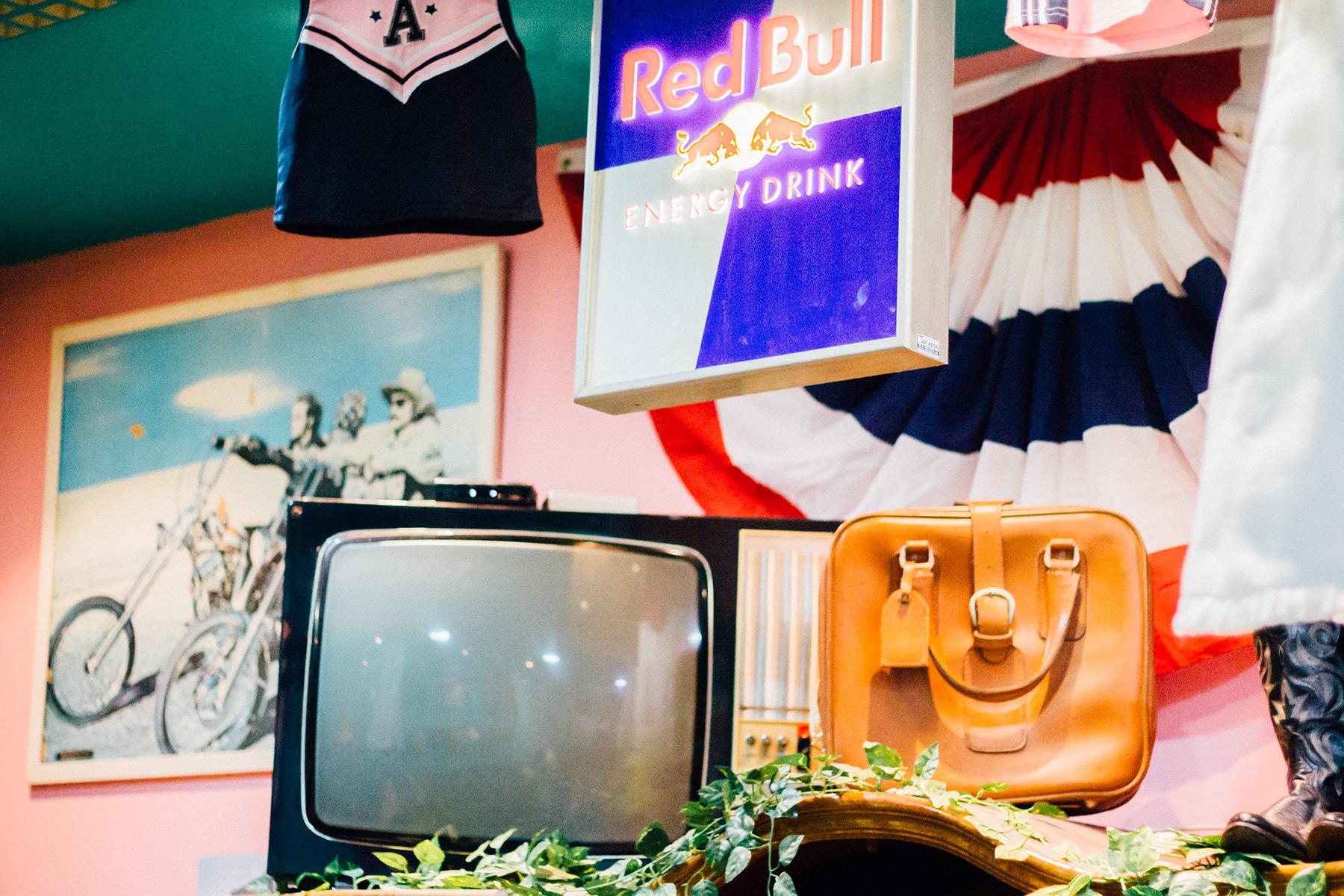 detalles televisor, maleta y ropa en cherry bomb