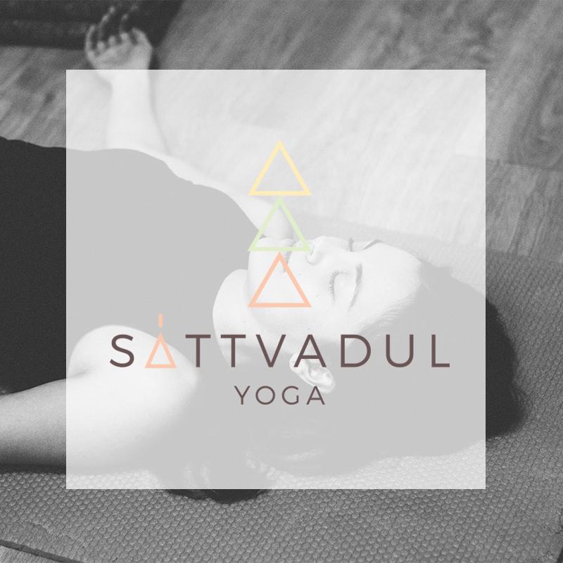 marca yoga y fondo profesora haciendo yoga