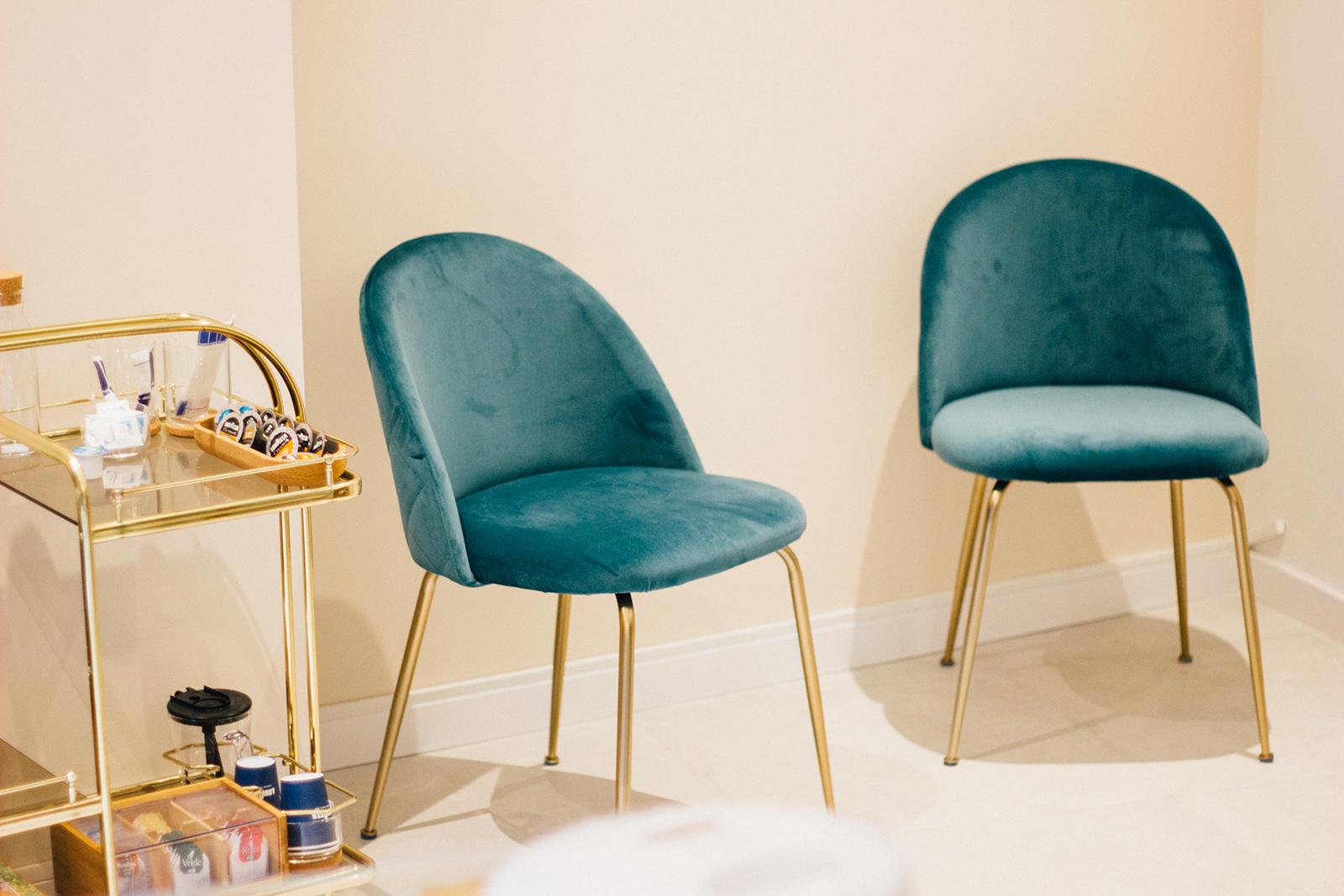 conjunto de sillas en el gabinete de Sabrina Navarro
