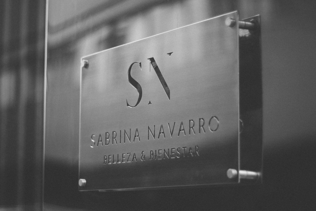 placa preciosa en la fachada de Sabrina navarro
