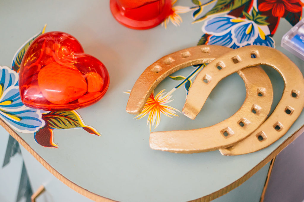 Mesa restaurada de Solano Atelier con herraduras y corazón con luces