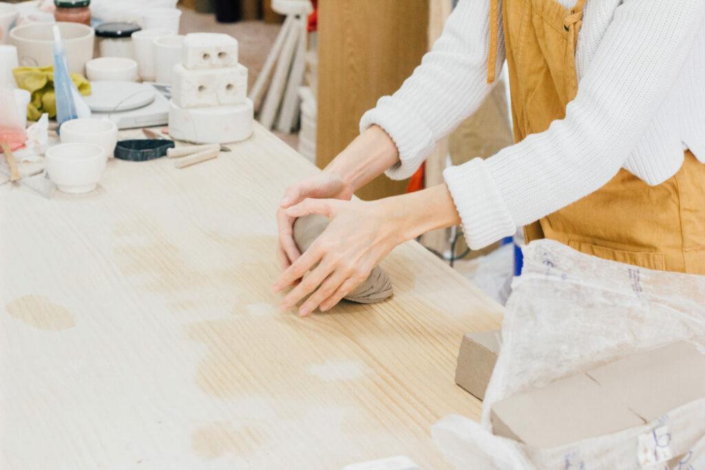Rosa empezando a crear una pieza de cerámica con losa