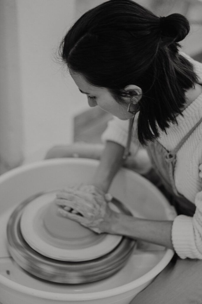 Proceso de creación de una pieza artesanal de cerámica en Albacete
