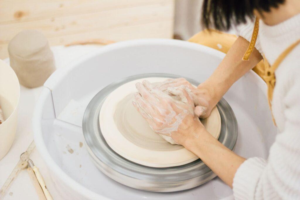 Creando en torno una pieza artesanal de cerámica