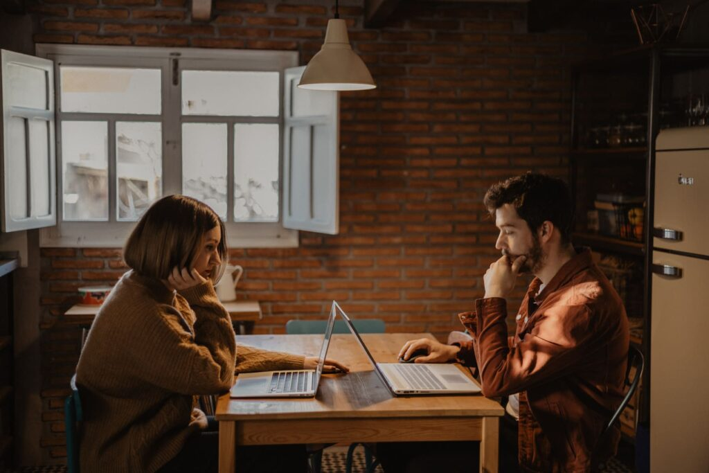diseño web albacete trabajando en una zona de la casa